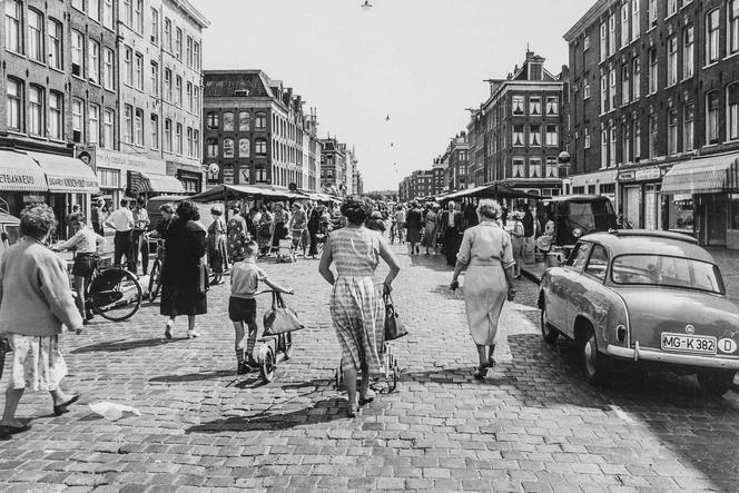 Dapperstraat In 1910 werd de straat, samen met de Lindengracht, Albert Cuypstraat en Ten Katestraat aangewezen als 'ventstraat'. De markt in de Dapperstraat in 1955