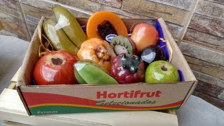 Super kit de frutas para banho contendo 10 unidades: <br>- um sabonete de banana fruta; <br>- um sabonete de mamão fruta; <br>- um sabonete de caju fruta, <br>- um sabonete de maçã madura fruta; <br>- Um sabonete de mexerica fruta; <br>- Um sabonete de kiwi fruta <br>- Um sabonete de ameixa fruta; <br>- Um sabonete de carambola fruta; <br>- Um sabonete framboesa fruta; <br>- Um sabonete maçã verde pequena fruta; <br>Produzidos com matéria prima hipoalergênica e enriquecidos com extrato ...