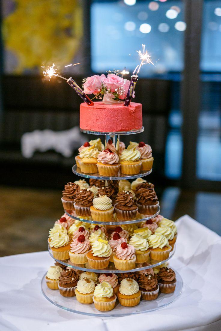 """Hochzeitstorte aus Cupcakes. Die oberste Etage ist dabei eine """"normale"""" Torte die zum Anschneiden dient.   Foto: ROCKSTEIN fotografie"""