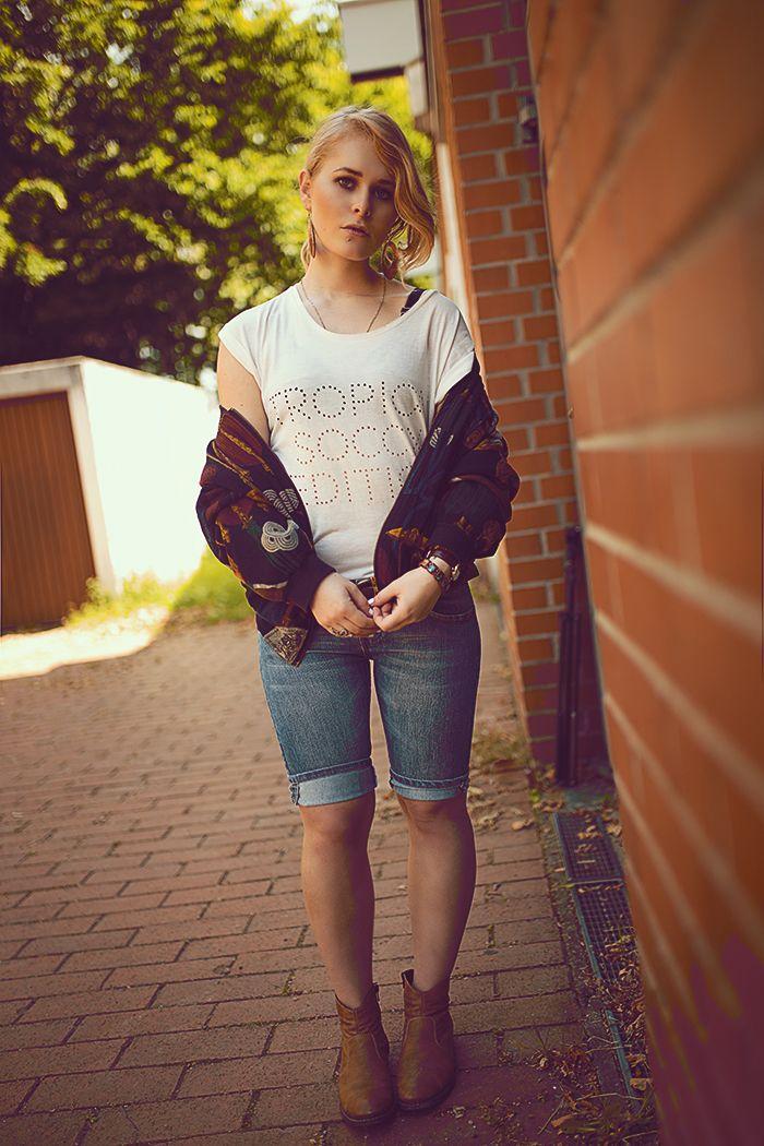 braune Stiefel, blaue Jeanshose