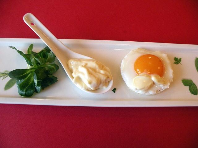 Uova al tegamino su pane tostato con maionese alla senape by chefpercaso, via Flickr