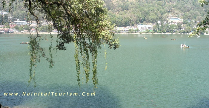 The idyllic hill station has temperatures that range from 0 degrees celcius to a maximum of 28 degrees celcius. And on most days, the occasional clouds that pass by you, leave you in awe. Nainital District boasts of several tourist spots and adventure sports in the vicinity.