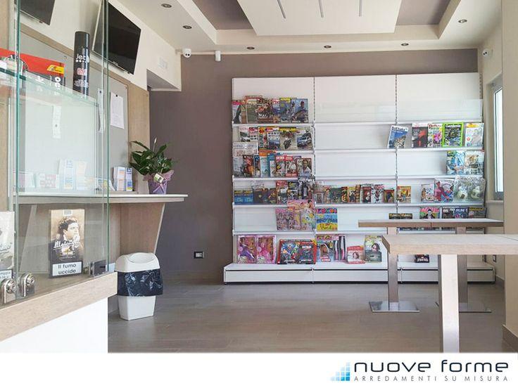 Parete espositiva per giornali e riviste. Tabaccheria e bar sita in Villa San Giovanni (RC)