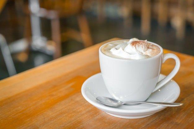 Чашка кофе на столе в кафе Бесплатные Фотографии