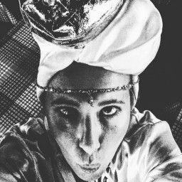 Сегодня ночью звезда опубликовала необычное селфи с тюрбаном на голове. «Уже оделась в костюм волхва и готова к празднику!!!» - сообщила знаменитость.Читатели отметили, что выглядит Собчак забавно: «Клевая Собчак!!