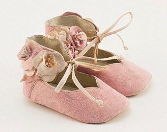 Zapatos de bebé de cuero de color rosa claro con flores