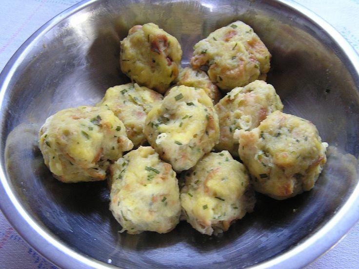 Oloupané syrové brambory najemno nastrouháme a necháme chvíli odstát. Staré rohlíky nakrájíme najemno, v misce smícháme mléko, vejce a mouku. Z...