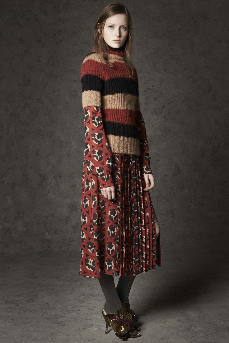 It's all about an unbridled masculine elegance in Alessandro Dell'Acqua lastest collection for N°21. Sweet lace dresses, prim pleated skirts and feminine floral prints are styled so brilliantly with super slouchy silk trousers, oversized wool coats, and boyish button up shirts. A wearable