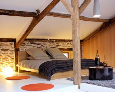 Les 25 meilleures id es concernant plafond en pente de - Chambre avec poutre ...