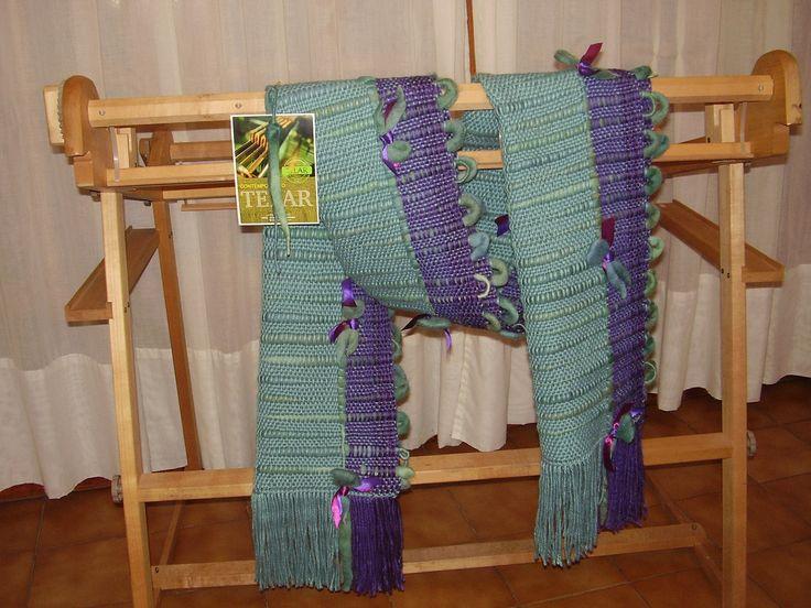 Chal de lana de oveja violeta y ceruleo, con flores de fieltro.