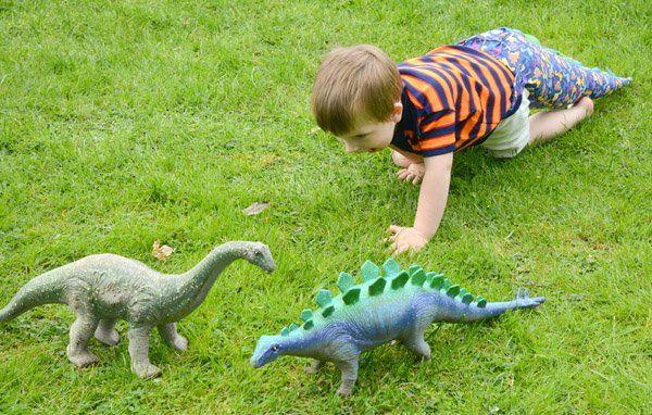 10 DIY ideeen dinofeestje van zalfgemaakte dinopoten tot een dino traktatie, je dinosaurus feestje begint hier! #dino