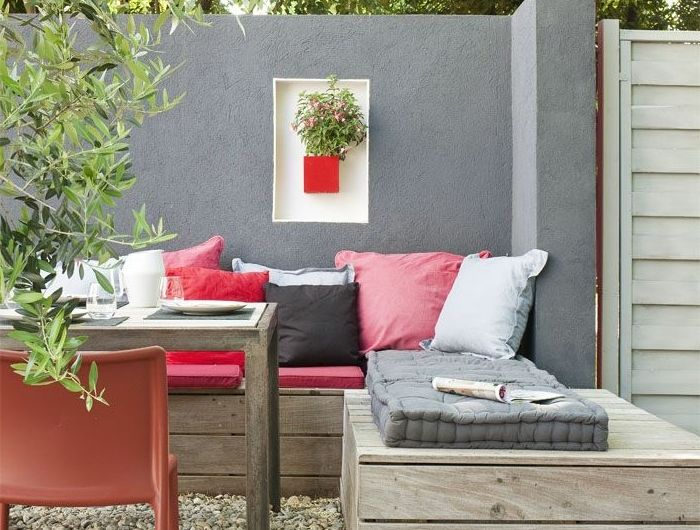 1-idee-deco-jardin-exterieur-avec-meubles-d-exterieur-pas-cher-conforama-sol-en-cailloux-blancs