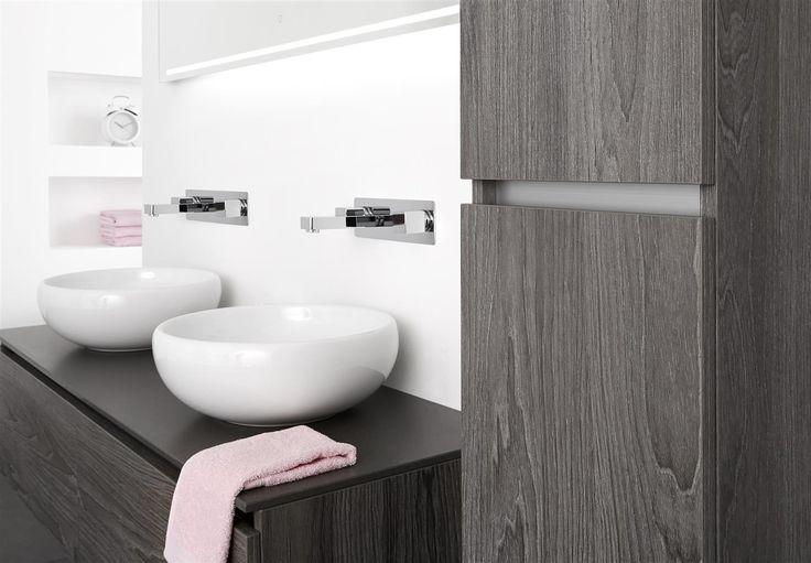 Design badkamermeubel met ronde opbouw wastafels van keramiek. Het greeploze badkamermeubel is een Thebalux Stone Type 3