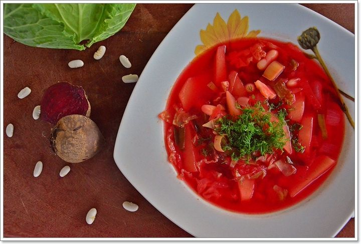 Tinha dito na página de facebook do blog que as próximas receitas novas iriam ser de inspiração de leste, e aqui está a primeira delas! Borscht, é a sopa tradicional ucraniana, sendo também muito popular na Polónia e Rússia, com algumas variações. É uma s...