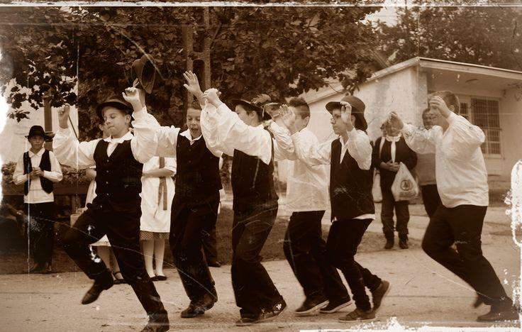 """Rozsnyai Attila (Rozso)  Kis barkócák Idén is megrendezésre került a szokásos szüreti felvonulás és Halszálka fesztivál. Több civil szervezet is kivette részét a """"jóból"""" és a délelőtti halászlé főzés után kezdetét vette a tánccal és énekkel színesített felvonulás. A Barkócaberkenye néptánc együttes nagy hangsúlyt fektet az utánpótlásra, nem kis munka de megéri hiszen ők a jövő nemzedéke. Több kép Attilától: www.facebook.com/csokako.kozseg és www.facebook.com/borrendcsokako"""