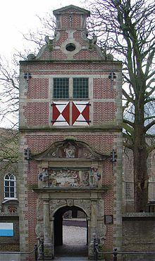 Aanvankelijk bevond het leprozenhuis zich buiten de Potterspoort van Gouda aan de Wachtelstraat. In 1579 werd het voormalige Sint-Mariaconvent aan de Gouwe, binnen de stadsmuren, bestemd voor de opvang van melaatsen. In 1609 werd het poortje gemaakt aan het Rotterdamse Veer (sinds 1960 Nonnenwater), dat toegang verschafte tot het daar achter gelegen leprozenhuis aan de Gouwe. In 1965 werd het poortje Achter de Kerk herbouwd. Het biedt toegang tot de tuin van het museum het Catharina…