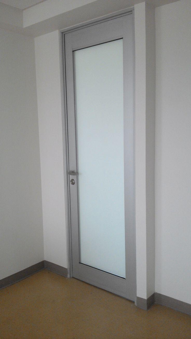 puerta abatible con perfiles altos chapa de seguridad y manijas de acero inoxidable aluminio