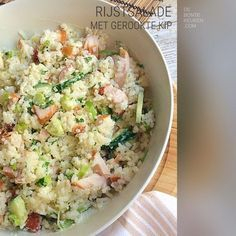 Rijstsalade met gerookte kip TIP: Dit recept is ideaal om restjes rijst, van bijvoorbeeld de vorige avond, op te maken! (rijst, gerookte kipfilet, komkommer, lente ui, bosui, dressing, mayonaise, crème fraîche, verse kruiden, peterselie, makkelijk, avondeten, maaltijd,vlees, kip, restjes)