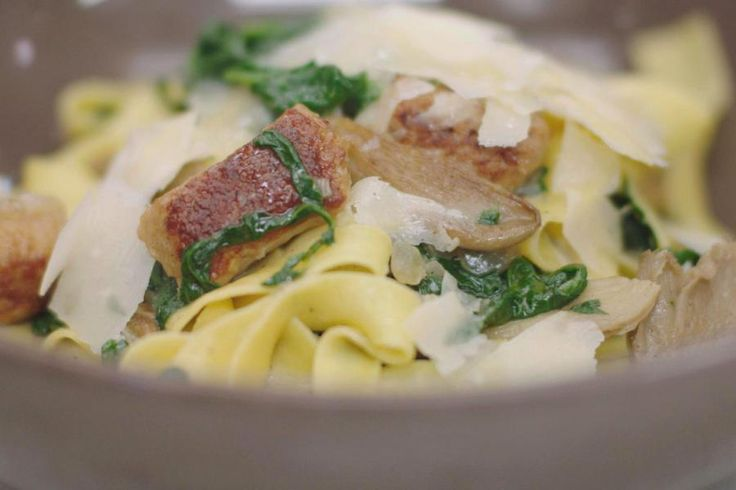 Geniet van een pot pastaplezier, gebakken ballekes en verse groenten. Knijp chipolata van gevogeltegehakt uit en in een wip heb je een bord vol identieke vleesballetjes, die ook al perfect gekruid zijn. Oesterzwammen, spinazie en wat romige kruidenkaas maken de saus compleet. Rasp wat Parmezaanse kaas over elk bord en geniet van een snelle maaltijd.