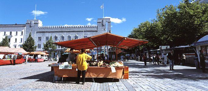 Lahden tori Aleksanterinkadun varrella. Lahti Market square before 2013