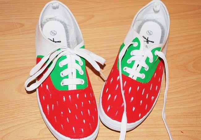 Kleine DIY-Anleitung, um stinknormale weiße Stoffschuhe in schicke Sommerschuhe im Erdbeer-Look zu verwandeln. Viel Spaß beim Malen!