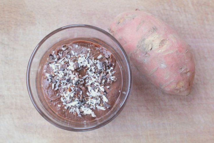 Kokosslagroom is de ideale zuivelvrije vervanger van slagroom! Het is simpel om te maken en -mits je van kokos houdt- smaakt het ook nog een super lekker.