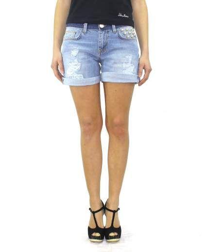Bermuda SPADA. Linea PINKO TAG. Shorts denim chiaro con risvolto. Inserto maxi perle davanti e dietro.