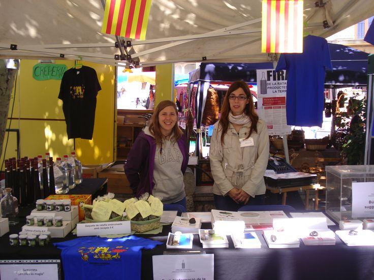 4a Fira de la ratafia i mercat de productes de la terra de Centelles (Barcelona). 01 i 02 de juny de 2013.  El punt d'informació de la fira, amb la Judit i la Mireia