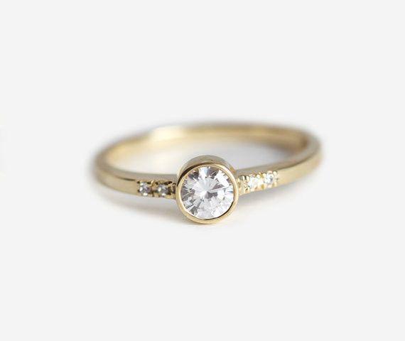 0.25 カラットのラウンドダイヤモンドリング。サイドには小さなダイヤモンドをつけました。 商品の詳細• ラウンドダイヤモンド:0.25カラット, 全カラットは 0.28カラット• ダイヤモンドの質: 色度 E - G, 明度 VS, コンフリクトフリー• 18kソリッドゴールド• ゴールドの重さ:約3 g•バンド:幅約 1.8 mm, 厚さ1.5mm商品はお支払い後に作製開始します。製作には10日営業日いただきます。スロベニアから世界中へ発送いたします。