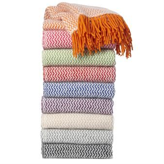 The lovely Tango throw from Klippans Yllefabrik in Sweden is made of 100 % lamb wool and has a classic herringbone pattern. Tango throw is available in the colors orange, pink, lime, red, lilac, beige, grey and black. Which one is your favorite
