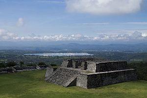 Descripción: Xochicalco es un ejemplo de centro político, religioso y comercial fortificado, característico del turbulento período comprendido entre los años 650 y 900, que siguió al desmoronamiento de los grandes Estados mesoamericanos como Teotihuacán, Monte Albán, Palenque y Tikal. El estado de conservación de sus monumentos es excepcional.