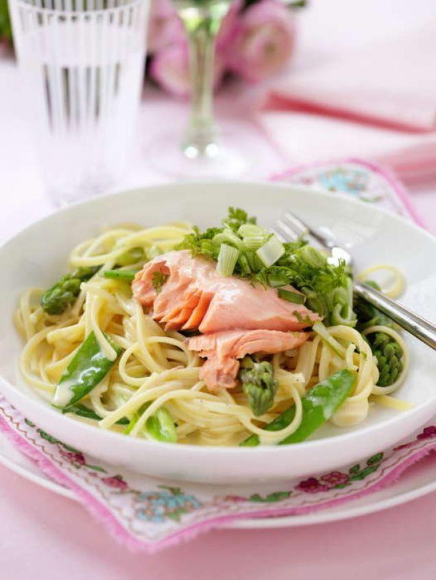 Med hjälp av olika sorters frysta grönsaksprimörer är det enkelt att trolla fram en lyxig festrätt med pasta och lax.