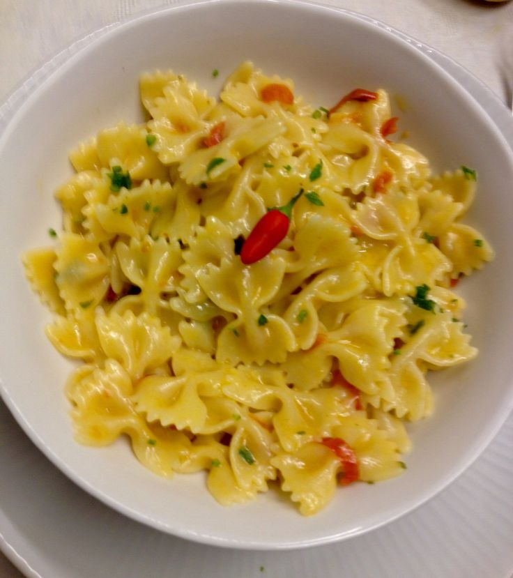 Farfalle piccanti(aglio olio peperoncino pomodorini prezzemolo pecorino e parmiggiano )