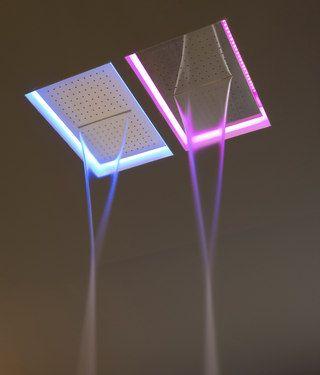 """Antonio Lupi soffioni Meteo 2C / 3C Designer Nevio Tellatin. il getto d'acqua è perimetrale, a cascata e centrale.  Il progetto è stato portato all'estremo facendo """"scomparire"""" le parti meccaniche per lasciar spazio solo ai protagonisti: l'acqua e la luce.  E' nascosto, incassato nel soffitto e varia nei colori, il telaio è disponibile nei colori acciaio inox, nero e bianco opaco. Disponibile con luce a LED con funzione cromoterapia azionato tramite un telecomando."""
