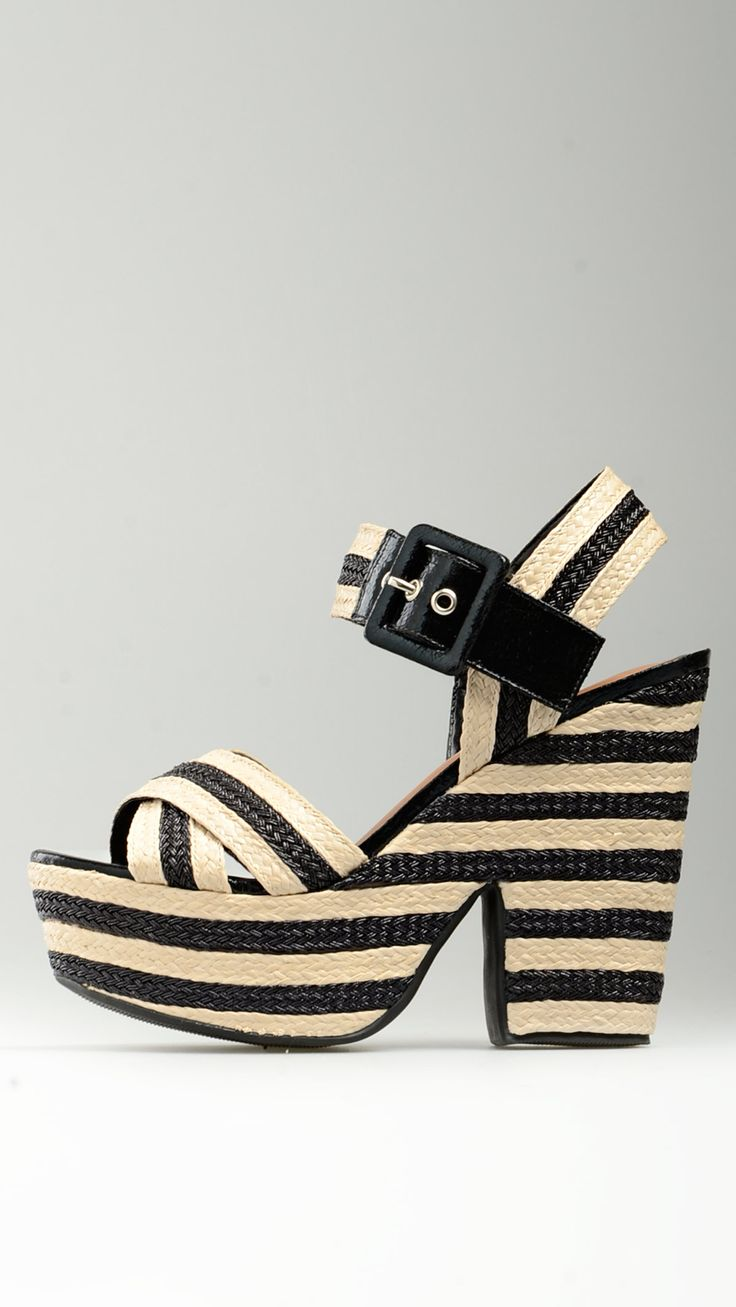 Buckled%20ankle%20strap%20two-tones%20wedges%20in%20black%20and%20beige%20tones,%20opening%20toe%20and%20heel,%20cross-over%20front%20strap,%201.5%27%27%20of%20platform,%205.1%27%27%20of%20heel,%20leather%20sole,%20100%%20raffia.