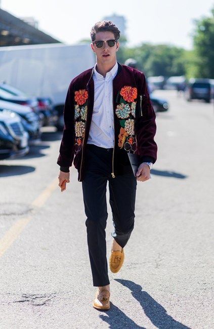 Jaqueta Masculina Bordada. Macho Moda - Blog de Moda Masculina: Jaqueta Bordada Masculina, você usaria? Moda Masculina, Roupa de Homem, Inverno 2017, Roupa de Homem Inverno 2017, Moda para Homens,  Jaqueta Bomber Floral, Mocassim, Calça Cropped Masculina