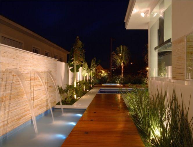 iluminação na piscina e no jardim faz toda a diferença