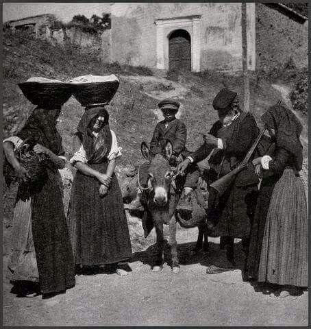 Il viandante : mulo,sacche e immancabile fucile,mentre si intrattiene a scambiare due chiacchere con le donne del posto.