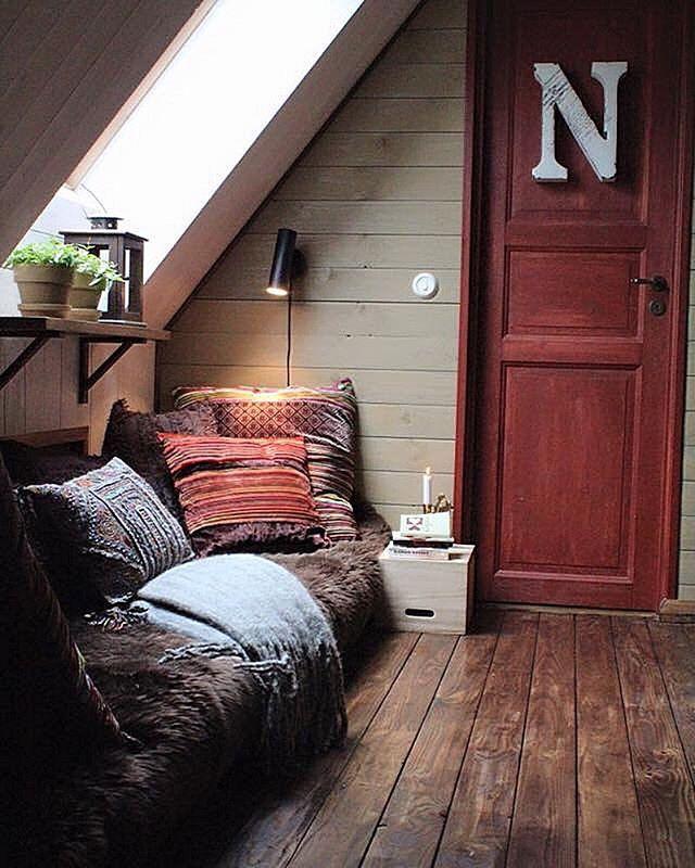 Cozy corner.... Nu är här städat och fixat efter en tids försummelse. Här är husets ände utanför Nelly's rum och här myser vi för sällan. Men tids nog kommer vi göra det också. En doft av Ajax och friska septembervindar dominerar i huset just nu - me like 🙋🏼 #athome #cleaning #cozy #interior #hemmahosmig #platsbyggt #läshörna #myshörna #städat #härligdag