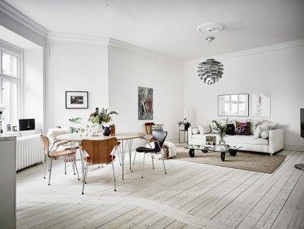 Möbler och belysning är valda med omsorg; bland annat PH-lampa i fönstret och magnifika Kotten i taket. Klassiska Kotten designades av Poul Henningsen 1958 till en restaurang som heter Langelinie Pavillonen i Köpenhamn.