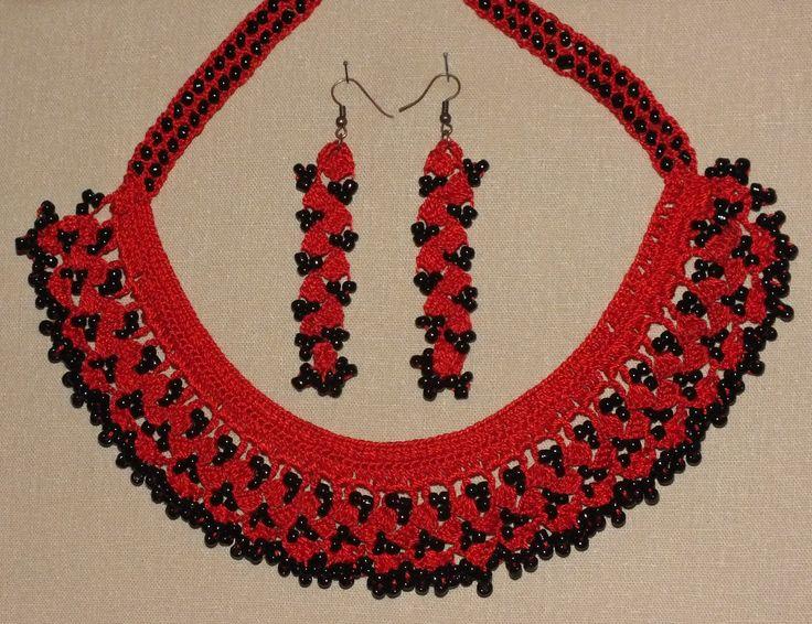 Kırmızı dantel ipi ve siyah kum boncuk kullanılarak örülmüştür.