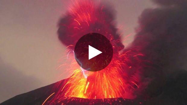 Un spectaculaire orage volcanique immortalisé au Japon