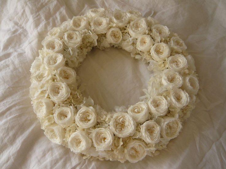 真っ白なバラと紫陽花のリース。 プリザーブドフラワーと使って。