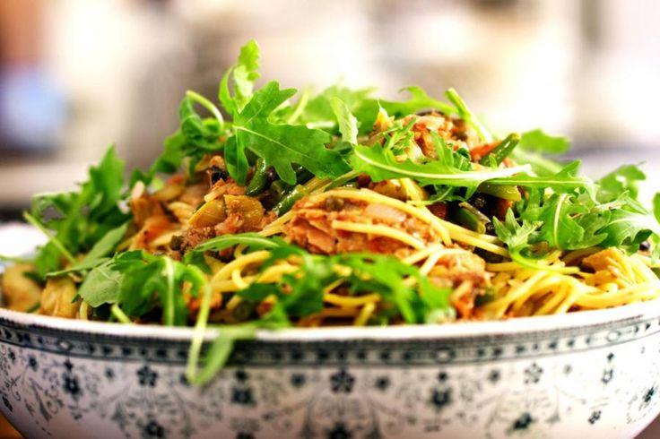 Noem het een Italiaans gerecht op z'n Frans of gewoonweg een pastaschotel die een beetje anders dan anders is. De belangrijkste ingrediënten van een klassieke salade Niçoise passen perfect bij een portie dampende spaghetti.