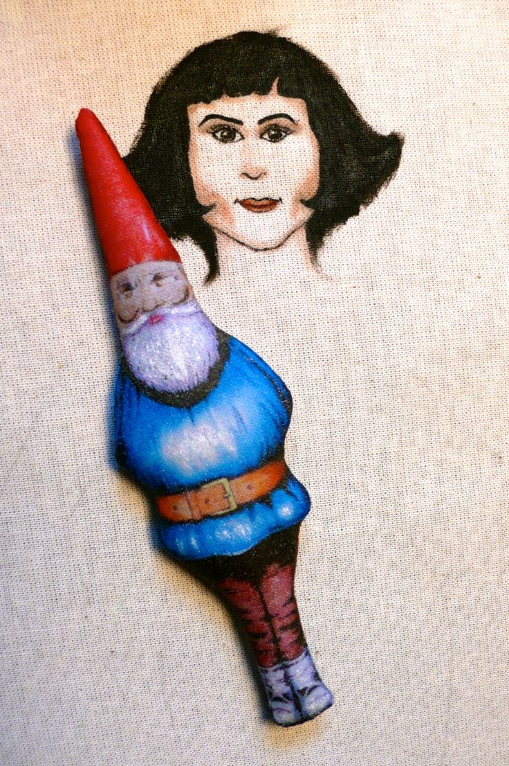 Amélie Poulain, poupée peinte et dessinée aux feutres et peinture textiles en cours, vêtements en tissu vintage, et de récup - Un Radis m'a dit - Boutique : https://www.alittlemarket.com/boutique/un_radis_m_a_dit-815807.html