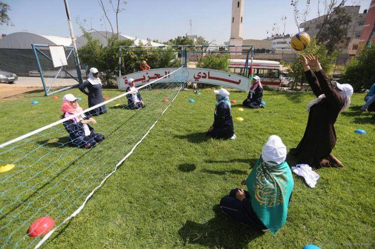 Seru Kompetisi Olahraga Penyandang Disabilitas di Gaza  Foto: Fotografer MEMO Mohammed Asad  LONDON Ahad (Middle East Monitor): Klub Olahraga Al-Jazira menyelenggarakan pertandingan olahraga bagi para atlet penyandang disabilitas di Gaza sebagai simulasi Paralimpiade dan turnamen-turnamen di luar negeri. Ali Al-Nazli direktur klub mengatakan pada MEMO bahwa acara tersebut diselenggarakan untuk membuat para pemain yang dilarang berpartisipasi dalam kejuaraan dunia dan Arab akibat blokade…