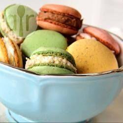 Macaroons em 4 versões - Macaroons são biscoitinhos recheados franceses super delicados e gostosos. Essa receita faz 4 tipos de macaroons com cores e recheios diferentes.