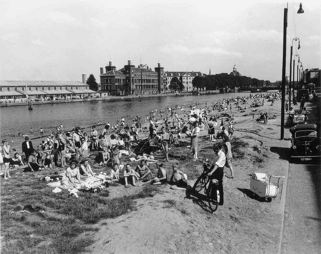 1950. City beach on the Prins Hendrikkade in Amsterdam. #amsterdam #1950 #PrinsHendrikkade