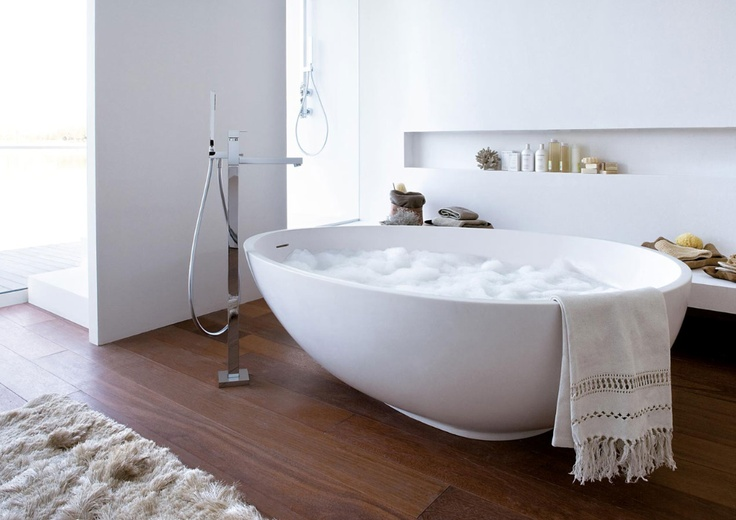 coolest bath tub - and I love the niche in the wall