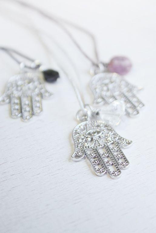 Halsband med hamsa hand i silver | Foxboheme - Bohemiska halsband med Hamsa Hand berlocker och små ädelstenar. Finns med svart facettslipad spinell, bergskristall och rosa rhodonit.